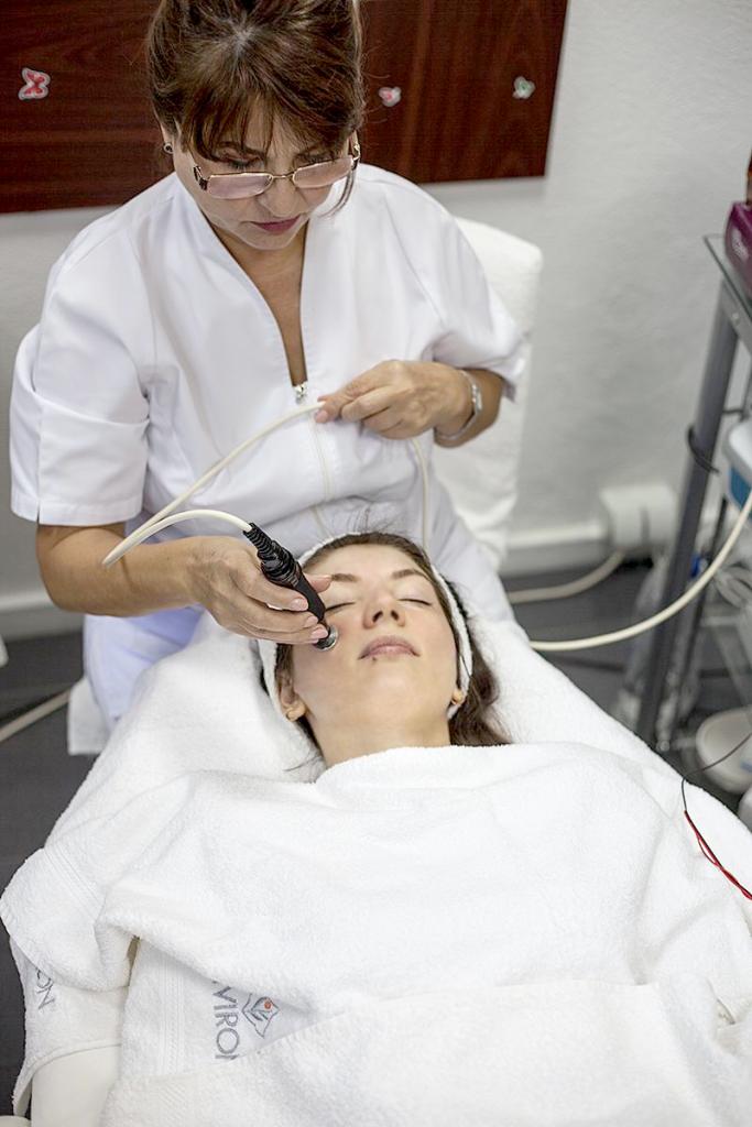Tratament cosmetic cu produse environ pentru acnee