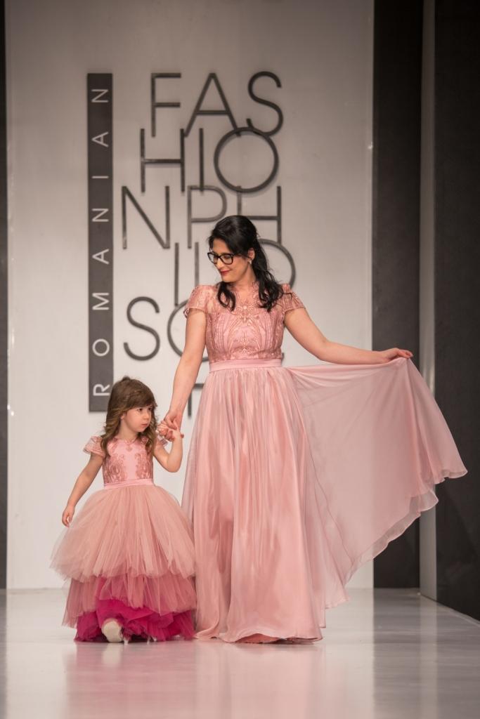 Carmen Dinca in rochie din dantela roz pudra, creata de Luiza Willems