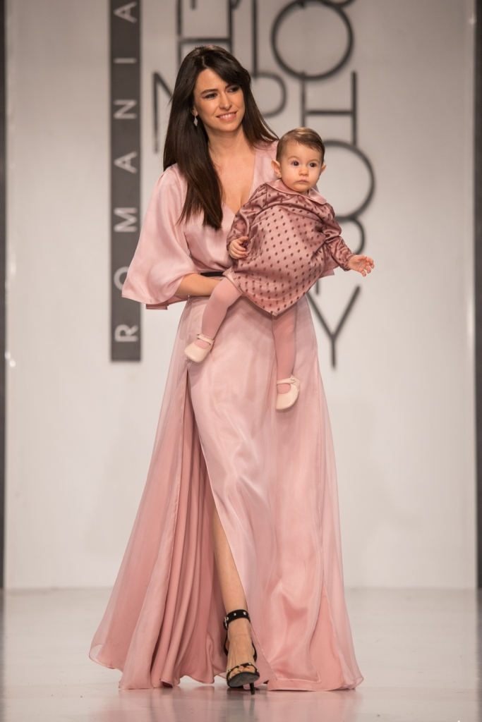 Diana Bart in rochie roz pudra, din matase, creata de Luiza Willems