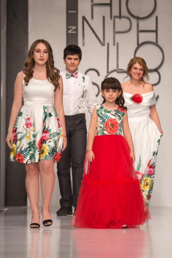 Alice Nastase Buciuta, alaturi de cei 3 copii, purtand tinute create de Luiza Willems